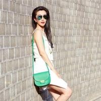 夏天简洁白色t恤女款时尚搭配技巧 让你巧妙穿出大牌范儿