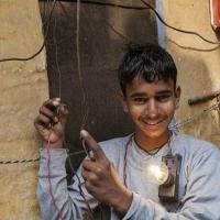 """印度男孩可抵抗11000伏的高压电 堪称""""雷神"""""""