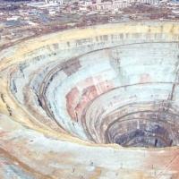 俄罗斯惊现世界上最大的钻石坑 储量估计超过万亿克拉