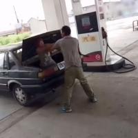 女子加油站被男子掌掴谩骂 塞入后备箱带走