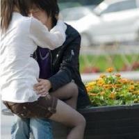 小情侣在火车站激吻一小时 无视旁人根本停不下来