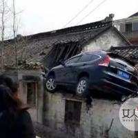 轿车飞上三米高屋顶 老司机6到飞上天引众人爆笑