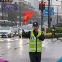 杭州大爷花式指挥交通成网红 感觉身体快被掏空了