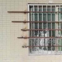 租户偷偷潜入房间 房东将窗门焊死男子被饿了9天