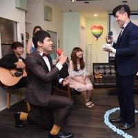 同志天菜胡伟胸肌写「嫁给我」 男星当场答应了