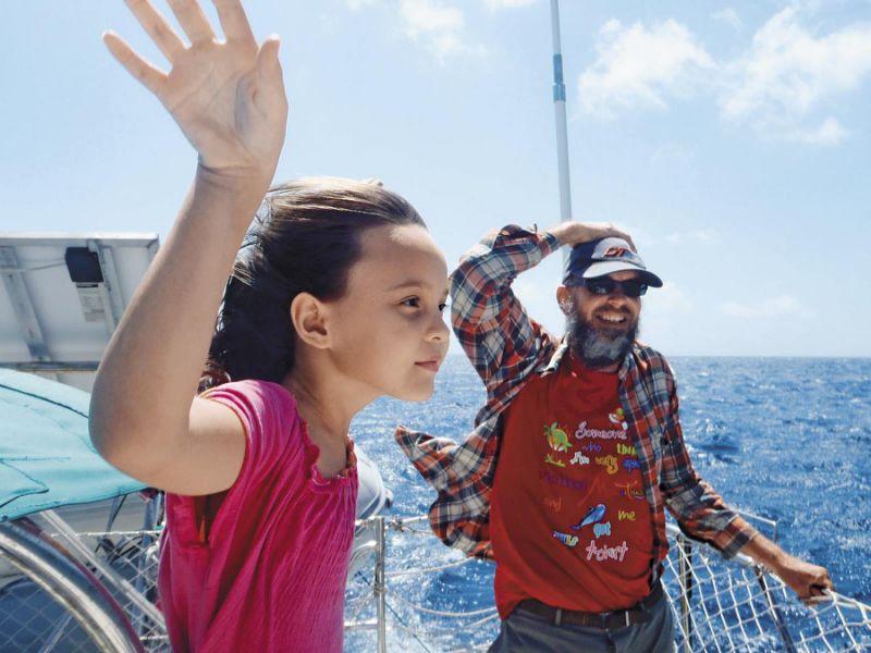 江浩哲(右)说,8年航海经历,让全家人感情更紧密,女儿江悦彤(左)从2岁到10岁都在船上生活。(叶丽萍提供)