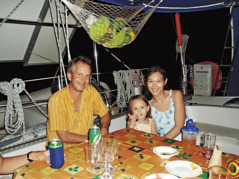 叶丽萍(右)说:「我们吃睡在船上,不用旅馆费和交通费,比在陆地旅行便宜很多,只要花修船费,1个月大概新台币3万元。」(叶丽萍提供)
