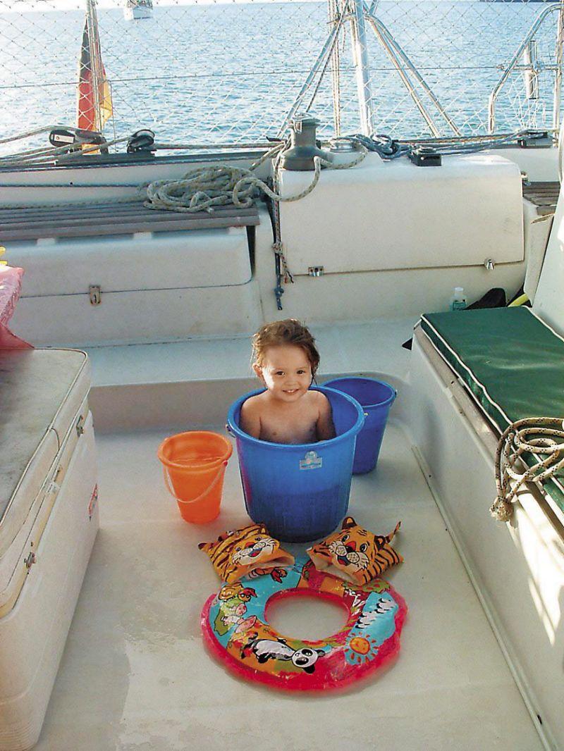 江悦彤小时候把水桶当浴缸,但用海水洗澡容易觉得身上黏腻,上岸後,用清水洗澡、安心睡觉成了一种享受。(叶丽萍提供)