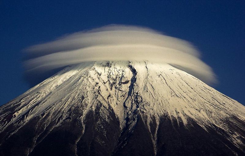 那些形状奇特的飞碟状山顶云朵 自然天气现象叹为观止