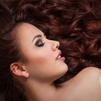 自然卷发如何打理 几个小妙招让你摆平毛躁头发重获柔顺